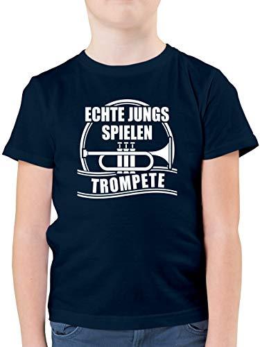 Up to Date Kind - Echte Jungs Spielen Trompete - 104 (3/4 Jahre) - Dunkelblau - t Shirt trompete Kinder - F130K - Kinder Tshirts und T-Shirt für Jungen