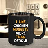 "DKISEE - Tazza da caffè nera con scritta in lingua inglese ""I Like Chicken Nuggets More Than People Funny Nuggets Present Fast Food Snack regalo per snack e caffè, 311,8 g"
