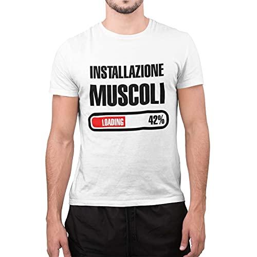 CHEMAGLIETTE! T-Shirt Divertente Uomo Maglietta Frase Simpatica Palestra Installazione Muscoli Tuned, Bianco, L