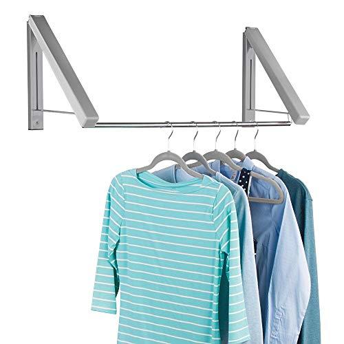mDesign Perchero de pared para lavadero o dormitorio – Práctico colgador de ropa de metal para las prendas de la tintorería – Perchero organizador con barra para colgar perchas de ropa – gris