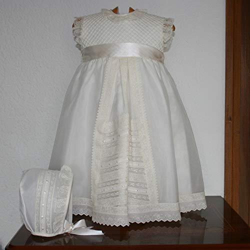 Faldón bautizo beige confeccionado en cristal, puntillas de valenccien y entredos de tira bordada, con gorro a juego. Talla 6/12 meses aproximadamente.