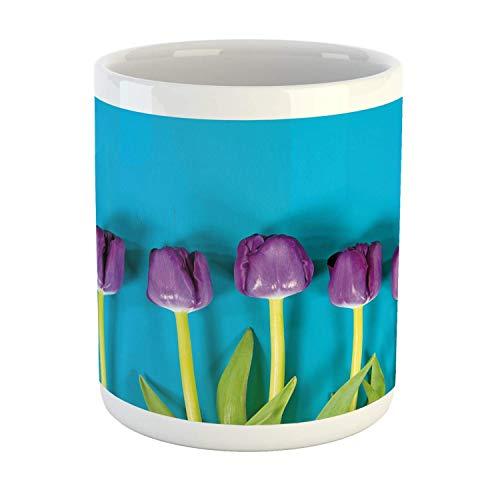 Taza floral, fila de tulipanes de color púrpura sobre fondo rústico minimalista como arte, taza de café de cerámica para bebidas de té de agua, 11 oz, azul cielo y multicolor