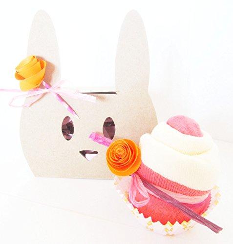 Scatolina con Forma di Coniglietto Personalizzabile con il nome del Bebé contenente un Cupcake Fatto con Bavaglino TOMMEE TIPPEE e con dei Calzini in Cotone di marca   Baby Shower Gift Idea   Versione per Femminucce