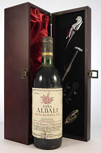Vina Albali Tinto Reserva 1983 Valdepenas in einer mit Seide ausgestatetten Geschenkbox, da zu 4 Weinaccessoires, 1 x 750ml
