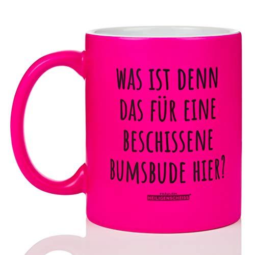Fräulein Heiligenscheiss® Was ist denn das für eine beschissene Bumsbude Hier? - Tasse mit Spruch - leuchtende Farbe lustig - beidseitiger Druck - 330 ml (Neon Pink)