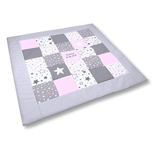 Amilian Krabbeldecke Patchworkdecke ideal als Spieldecke Laufgittereinlage Decke Kuscheldecke schön gepolstert mit Namen und Datum bestickt, ideal als Geschenk (M061) (105x105cm)