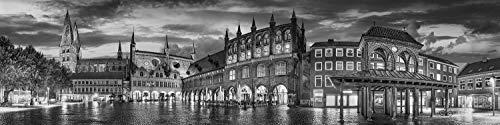 Voss Fine Art Photography Leinwandbild 160 x 40cm. Historischer Marktplatz in Luebeck. Schwarz-weiß Bild. Panorama Foto als Leinwand Wandbild.