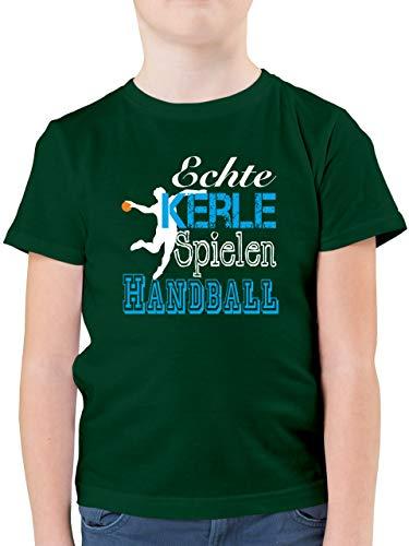 Sport Kind - Echte Kerle Spielen Handball weiß - 116 (5/6 Jahre) - Tannengrün - Handball Shirt Kinder 1 Jahr - F130K - Kinder Tshirts und T-Shirt für Jungen