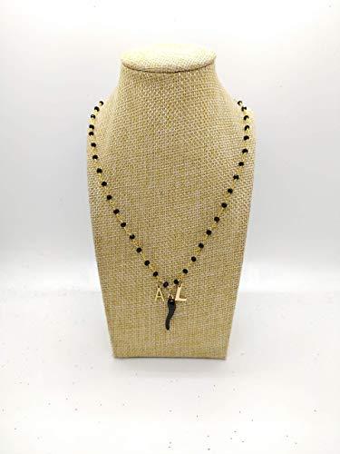 Collana girocollo stile rosario con filo di colore oro, cristalli neri e ciondoli con lettere e cornetto portafortuna nero.
