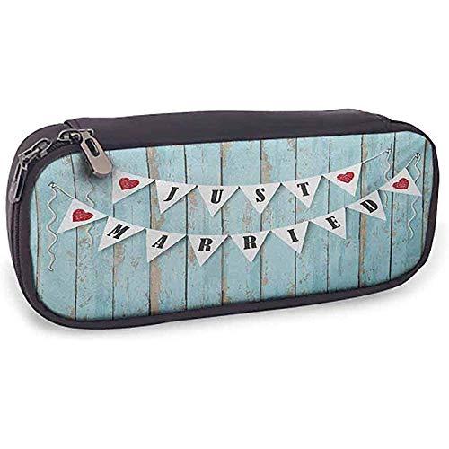 Flexible Pencil Bag Hochzeit Doppelseitiger Druck Nur verheiratete Briefe auf dreieckigen Fahnen hängen an blauen Holztür Kunstdruck blau schwarz rot