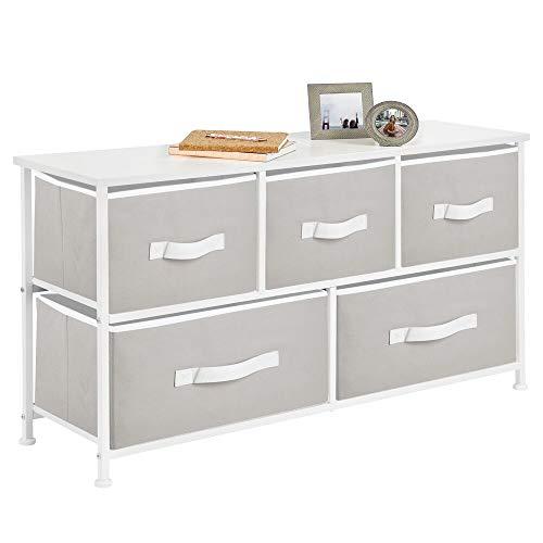 mDesign Cajonera de metal y tela con 5 cajones – Ancha cómoda para dormitorio, sala de estar o pasillo – Mueble organizador para ropa con balda de madera MDF – gris claro/blanco