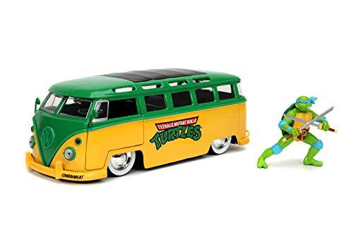 Teenage Mutant Ninja Turtles 1:24 1962 Volkswagen Bus Die-cast Car with 2.75' Leonardo Figure, Toys for Kids and Adults