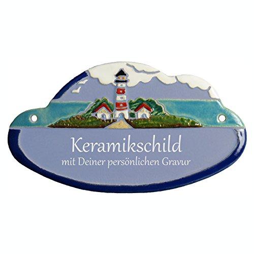 Handarbeit aus Schleswig-Holstein Keramikschild 18,0 x 10,0 cm In Wolken ragender Leuchtturm (hellblau)