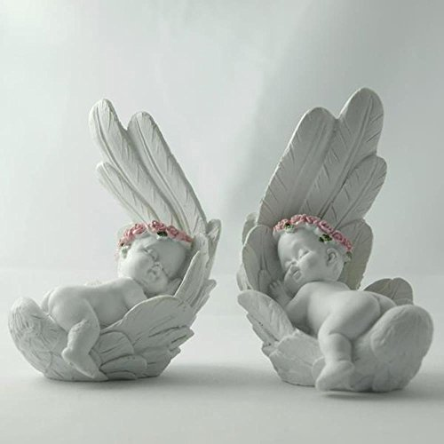 Shophaus24 Baby Engel auf Bauch in Feder schlafend, Blütenkranz rosa. Höhe 9cm