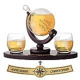 AMAVEL Whiskyset mit Glaskaraffe Globus und Holztablett mit gravierter Plakette und 2 Whiskygläsern...