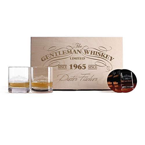 Herz & Heim® 2 Gravierte Whiskygläser mit bedruckten Untersetzern in einzigartiger Geschenkbox zum Geburtstag oder Vatertag