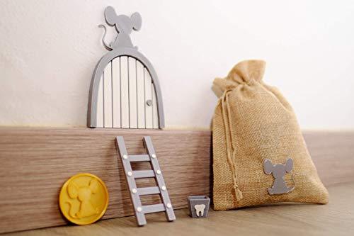 Ratoncito Perez puerta gris a su casita con escalera y cajita para diente de leche y moneda dorada para poner en almohada. Hecha en España