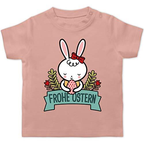 Ostern Baby - Frohe Ostern mit Hase - 6/12 Monate - Babyrosa - Ostern - BZ02 - Baby T-Shirt Kurzarm
