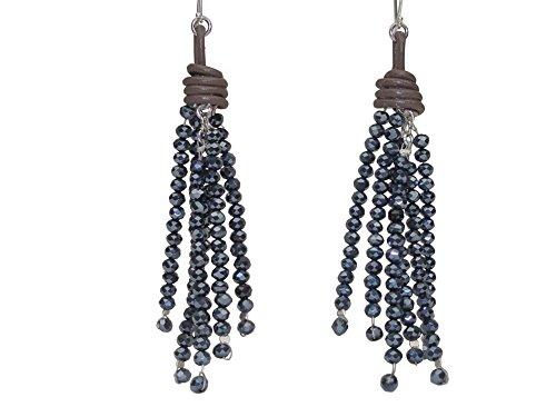 Pendientes antracita con borla facetada de perlas de cristal hematita y detalles de piel en color marrón.