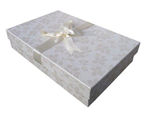 Die Klassische Brautkleidbox 'CLAREMONT IVORY' (75 cm x 50 cm x 15 cm) zur Aufbewahrung von Hochzeitskleidern, zum Schutz, zur Konservierung, zur Verhinderung von Vergilbung, handgefertigt in Großbritannien vor pH-neutralem Material. Beinhaltet säurefreies Gewebe. Auf Lager – CLAREMONT IVORY