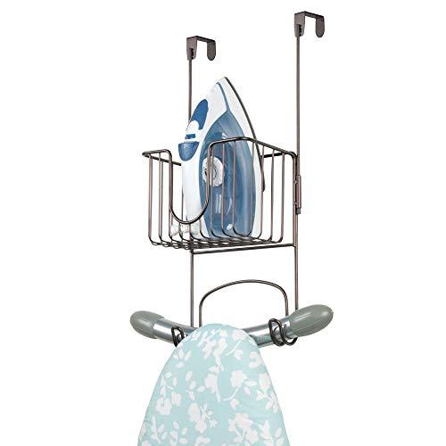 mDesign Bügelbretthalterung ohne Bohren – Bügelbrett Aufbewahrung mit kleinem Korb zum Verstauen von Bügeleisen und Waschmittel geeignet – praktische Türaufhängung aus Edelstahl – bronzefarben
