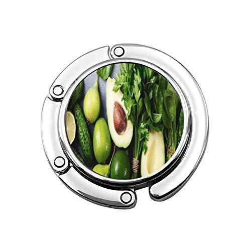 Niedliche Faltbare Geldbörse Kleiderbügel Geldbörse Haken grünes Gemüse und Kräuter Sortiment auf Grauer Steinplatte