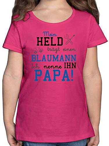 Sprüche Kind - Mein Held trägt einen Blaumann - 128 (7/8 Jahre) - Fuchsia - blaumann rosa - F131K - Mädchen Kinder T-Shirt