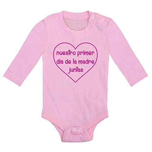 ClickInk Body bebé Nuestro primer día de la madre. Regalo bebé. Regalos para bebés. Regalo día de la madre. Regalo divertido. Regalo original. Regalo mamá. Body bebé algodón. Manga larga.