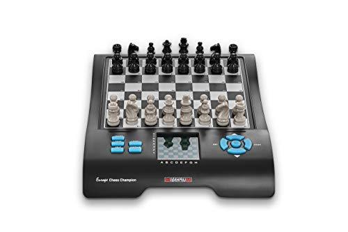 Millennium Europe Chess Champion - Schachcomputer + 7 weitere Spiele (Dame, Halma, 4 gewinnt, Reversi, etc.) für Einsteiger und Kinder. Mit praktischem Figurenfach für Reisen und unterwegs