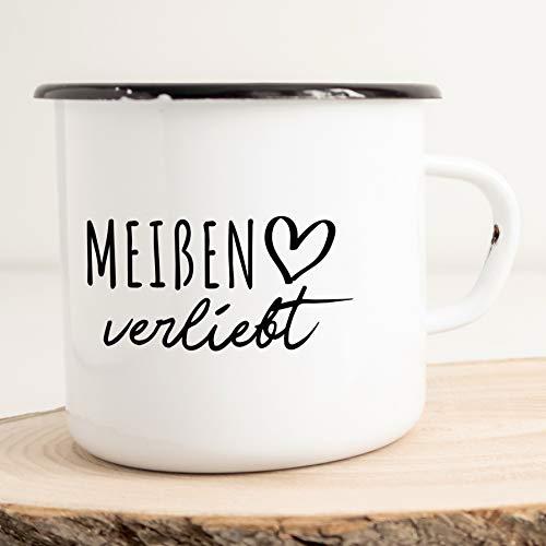 HELLWEG DRUCKEREI Emaille Tasse Meißen Verliebt Geschenk Idee für Frauen und Männer 300ml Retro Vintage Kaffee-Becher Weiß mit Stadt Namen für Freunde und Kollegen