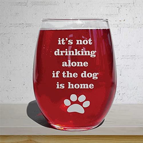 It's Not Drinking Alone If The Dog is Home Funny Dog Copa de vino sin tallo, grabado con láser para whisky, idea única para él, ella, 15 oz nv210