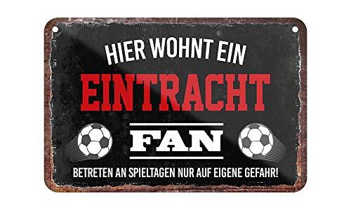 Blechschild Hier wohnt EIN Eintracht Fan - Metallschild mit Kordel und Saugnapf - für Fans Ultras Anhänger - Wand Deko Schild Artikel Zubehör - Hängeschild Haustür Eingang - Geschenk Idee - 18x12cm