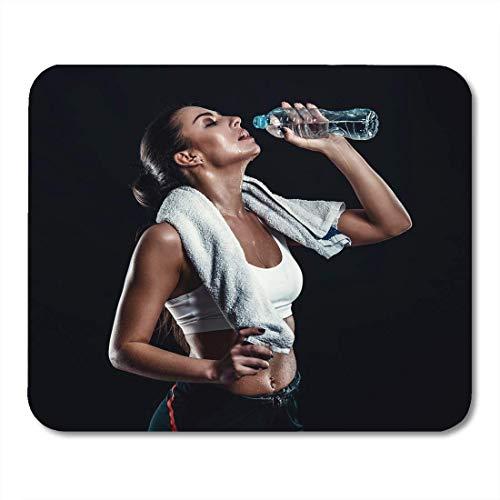 Mauspads attraktive athletische junge frau mit perfektem körper trinkwasser aus der flasche mit handtuch um den hals mauspad für notebooks, Desktop-computer-matten büromaterial