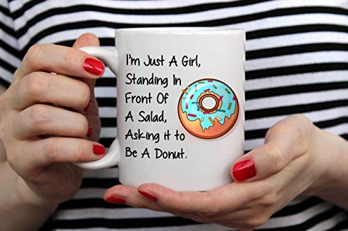Im Just A Girl Standing in Front of A Salad Asking It to Be A Donut Taza divertida con rosquillas