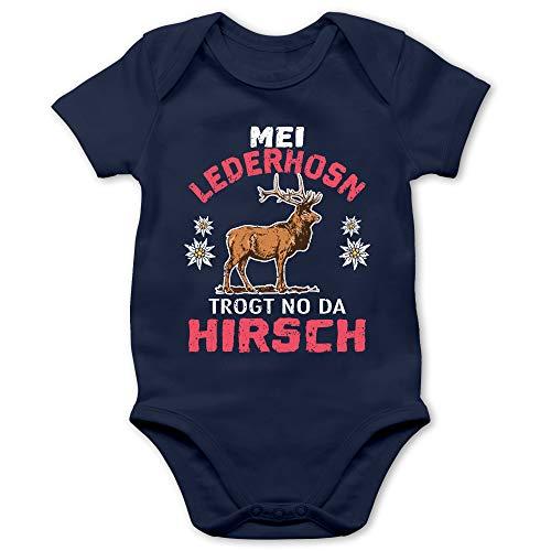 Shirtracer Oktoberfest & Wiesn Baby - MEI Lederhosn trogt no da Hirsch - weiß/rot - 1/3 Monate - Navy Blau - Statement - BZ10 - Baby Body Kurzarm für Jungen und Mädchen