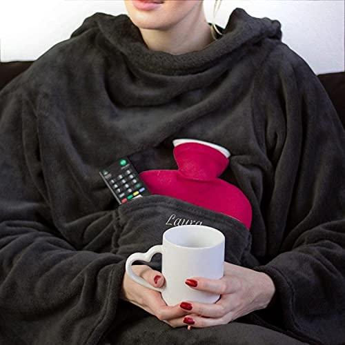Personalisierte Kuscheldecke mit Namen (Anthrazit) - Decke mit Ärmeln   Mit Bestickung nach Wunsch   Super als TV-Decke mit Ärmeln   Ausgefallenes Geschenk für Frauen   Fleecedecke