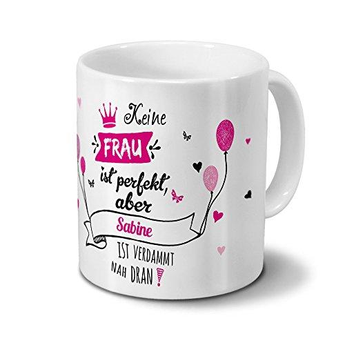 printplanet Tasse mit Namen Sabine - Motiv Nicht Perfekt, Aber. - Namenstasse, Kaffeebecher, Mug, Becher, Kaffeetasse - Farbe Weiß