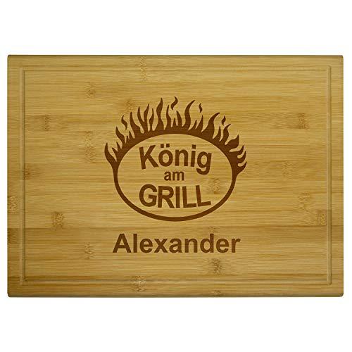 Geschenke 24 Holzbrett – König am Grill mit Name: hochwertiges Grillbrett personalisiert mit Wunschname – Holz Schneidebrett zum Grillen I BBQ Grillbrett mit Gravur