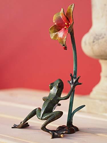 H. Packmor GmbH Bronzeskulptur Kleiner Frosch mit Blume Gartendekoration Dekorationsfigur