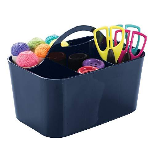 mDesign Organizador de escritorio con 4 compartimentos – Cesta organizadora de plástico – Organizador con asa para el transporte para los utensilios de escritorio y pintura – azul marino