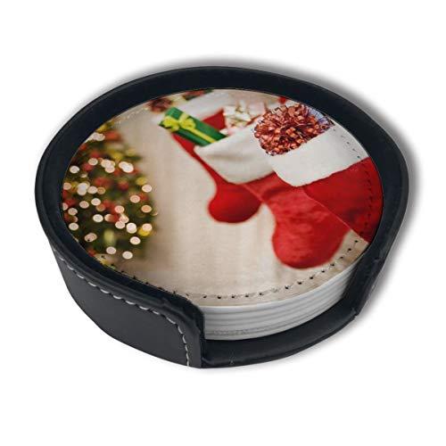 BJAMAJ rote Weihnachts-Socken, Geschenkbaum, Premium PU-Leder, Untersetzer für Getränke, runde Untersetzer mit Halterungen, geeignet für Zuhause und Küche, 6 Stück