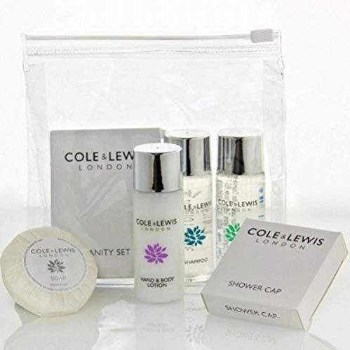 Cole & Lewis Silver Guest Toilettenartikel-Set enthält: 30 ml Flasche Shampoo, 30 ml Flasche, Bade- und Duschgel, 30 ml Flasche Hand- & Körperlotion, 20 g Seife, Duschhaube und Schminkset