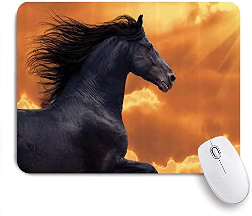 Alfombrilla de ratón para juegos, caballos, retrato de un caballo frisón al galope con rayos de sol calientes, tema de intensidad de honor y gracia, base de goma antideslizante para alfombrillas de ra
