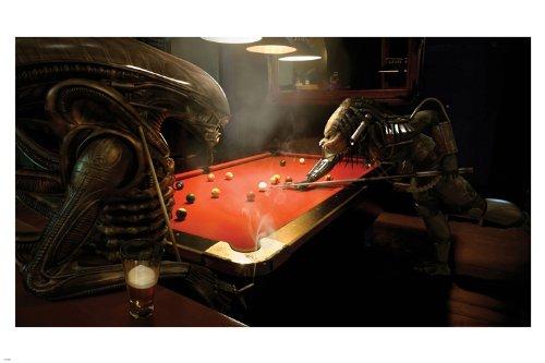 Alien vs Predator Playing Pool Game Póster 24 x 36 Funny Humor Caliente por Instituto Nacional de Ciencia Ficción: Amazon.es: Hogar