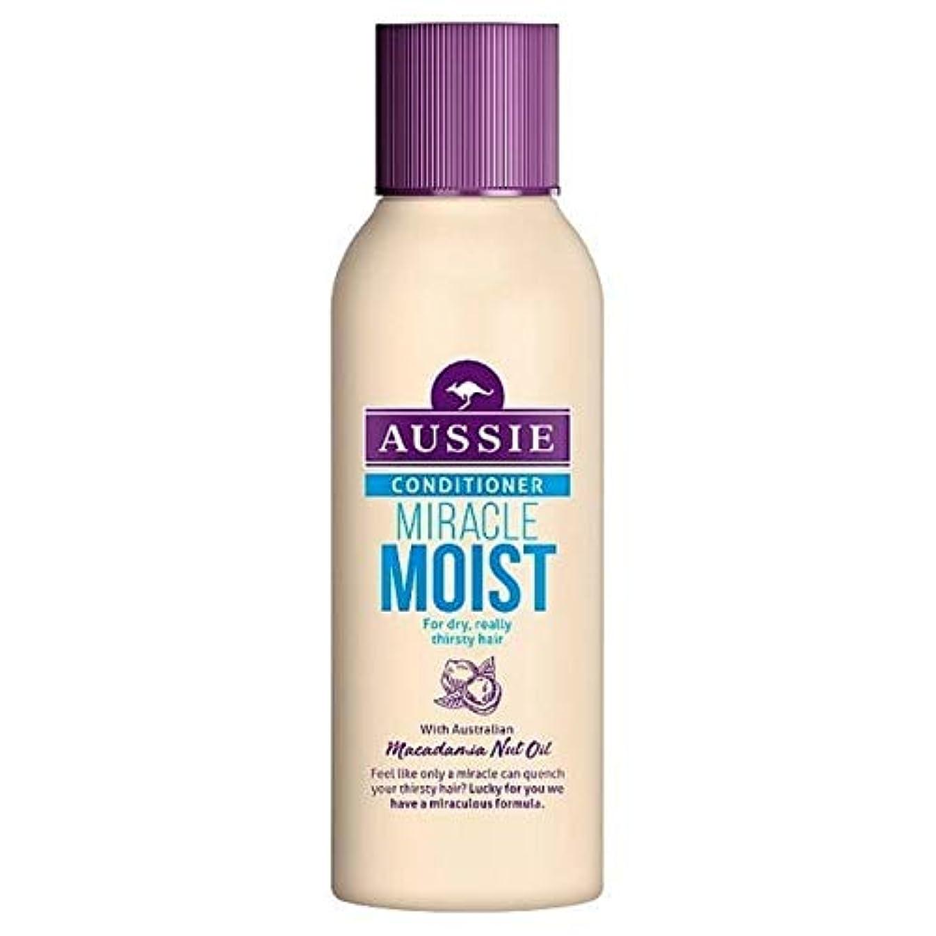 気性おなじみのハドル[Aussie ] 乾いた、のどが渇い毛90ミリリットルのためのオーストラリアの奇跡しっとりコンディショナー - Aussie Miracle Moist Conditioner For Dry, Thirsty Hair 90ml [並行輸入品]