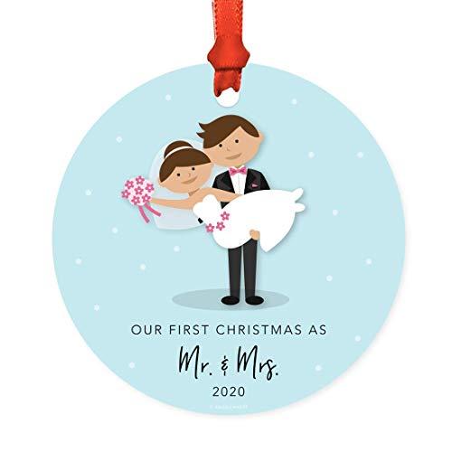Pealrich Árbol de Navidad redondo de metal para recuerdo de boda, adorno de boda, Our First Christmas As Mr. and Mrs. 2020, novia o bicicleta, ideas de regalo, cinta y bolsa de regalo, 7.6 cm
