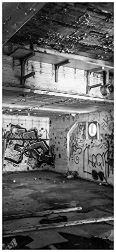 Wallario Selbstklebende Türtapete Alte verlassene Fabrik in schwarz weiß mit Graffiti - 100 x 220 cm in Premium-Qualität: Abwischbar, Brillante Farben, rückstandsfrei zu entfernen