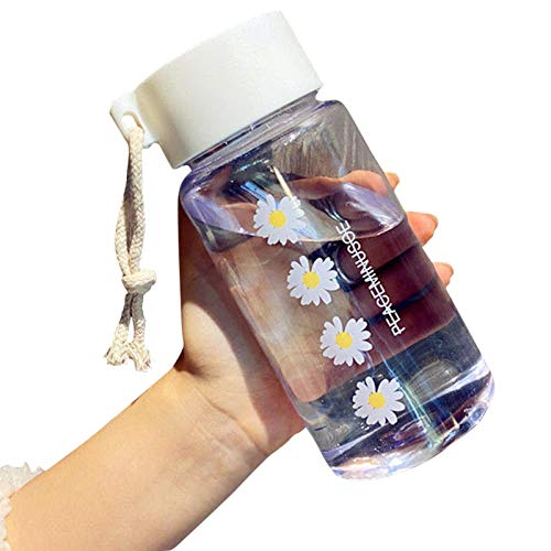 QOTSTEOS Botella de agua de verano, botella de agua de plástico de 500 ml, portátil, con cuerda pequeña margarita, diseño de dibujos animados de moda