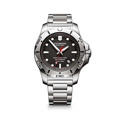 Victorinox Herren Digital Quarz Uhr mit Edelstahl Armband 241781