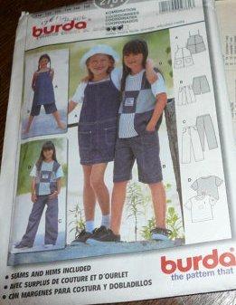 BURDA mehrgrößen Schnittmuster 2761 - Mädchen Ensemble: Hosen, T-Shirt Top, Latzrock- Gr. 116-146